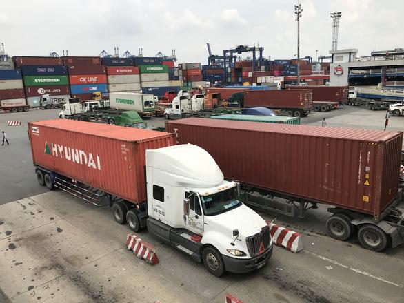 Nhiều đơn hàng xuất khẩu của doanh nghiệp bị vướng ở hải quan vì quy định mã số mã vạch của Bộ Khoa học công nghệ. Trong ảnh: xe container ra vào cảng Cát Lái, quận 2, TP.HCM (ảnh chụp trưa 9-6) - Ảnh: TRÚC PHƯƠNG